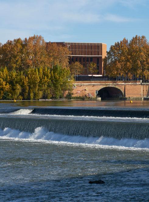 מבט על הקמפוס מנהר הגרון (Photo courtesy of Dennis Gilbert)