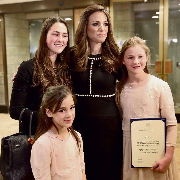 """עם בנותיה בהשבעה לכנסת. """"בבית אנחנו  פחות מתעסקים בפוליטיקה וברכילויות""""   צילום: אלכס קולומויסקי"""