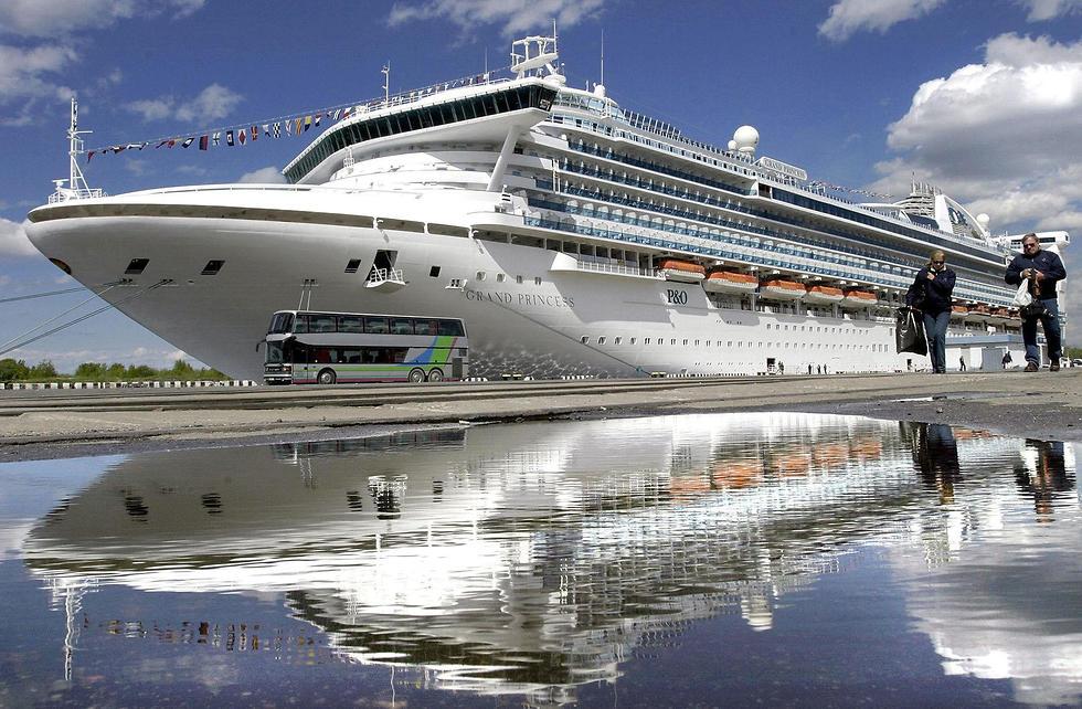 ספינת תענוגות שיט גראנד פרינסס ארכיון מ-2004 חולה ב נגיף קורונה שנסע בה מת ב קליפורניה ארה