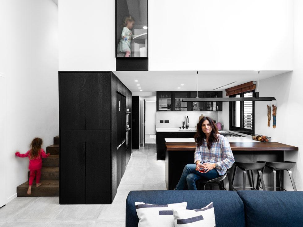 מיכל ובנותיה, בדירתן החדשה. במקור היא תוכננה ליחיד או לזוג. גובה של 5 מטרים איפשר להוסיף קומת גלריה, שכמעט הכפילה את השטח (צילום: נגה שחם פורת )