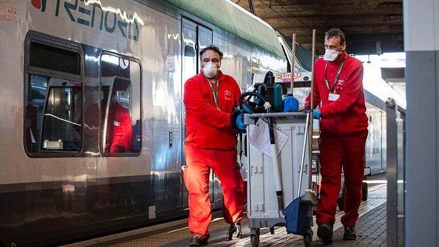 חיטוי וניקוי רכבות במילאנו (צילום: EPA)