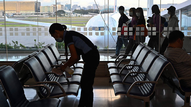 חיטוי וניקוי שדה התעופה בתאילנד (צילום: AFP)