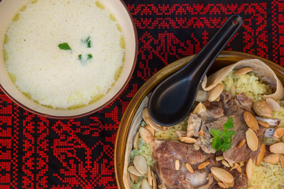 ארוחה שלמה במגש אחד - מנסף בדואי עם מרק יוגורט בצד (צילום: Shutterstock)