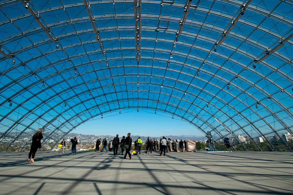 הבניין הכדורי קטום מלמטה ומלמעלה. מרפסת עצומה מציעה נוף של 360 מעלות על גבעות הוליווד, השלט המפורסם והעיר (צילום: AFP)