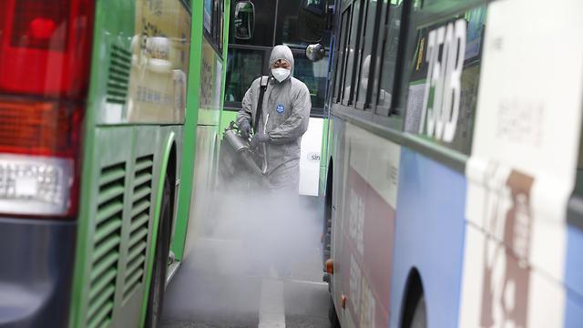 Дезинфекция автобусов в Южной Корее. Фото: AFP