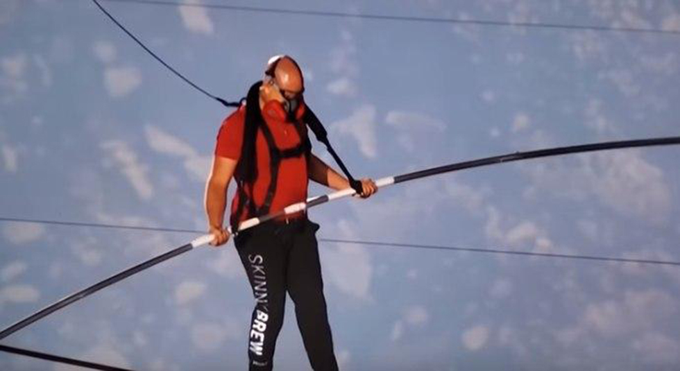 ניק ולנדה פעלולן צעד על חבל מעל הר געש פעיל ניקרגואה ()