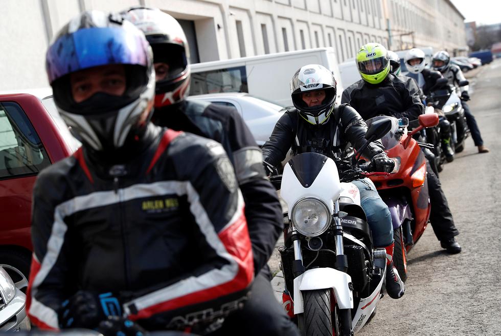 בודפשט הונגריה איזי ריידר אופנוענים מסייעים לקורבנות של אלימות (צילום: רויטרס)