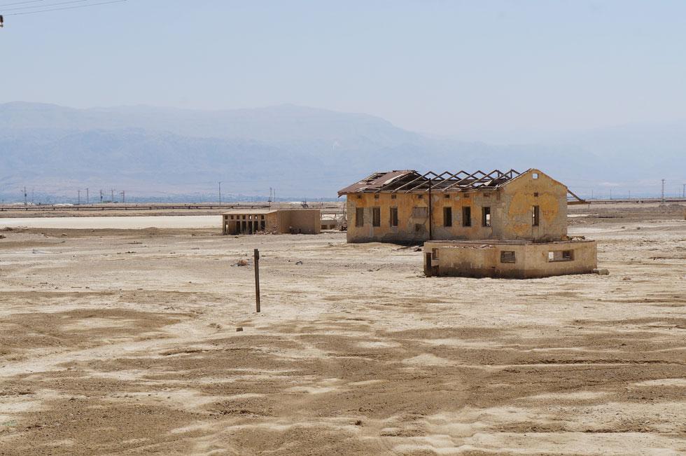 המחנה ננטש בעקבות מלחמת העצמאות. עשרות השנים, והאקלים הקיצוני, עשו שמות במבנים, אך רבים מהם נותרו בשטח ונראים לעין מכביש 90 (צילום: Ladyredsea, cc)