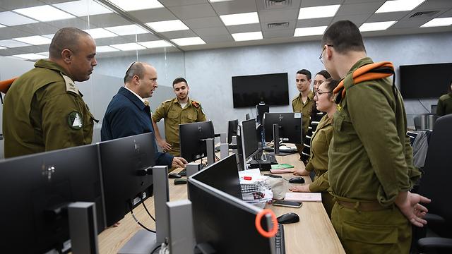 Министр обороны Нафтали Беннет в штабе Службы тыла. Фото: пресс-служба минобороны