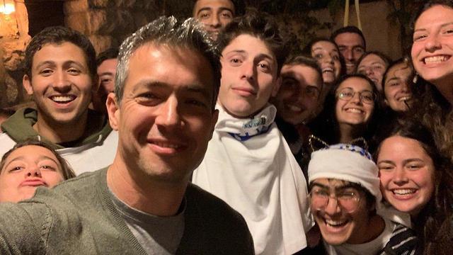 יועז הנדל הזמין הערב תלמידים של מכינה צבאית לחצר ביתו ()