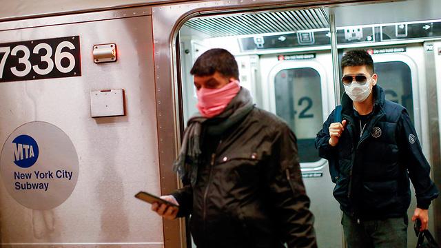 אנשים עם מסכות רכבת תחתית ניו יורק ארה