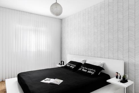 מונוכרומטיות גם בחדר השינה (צילום: איתי בנית)