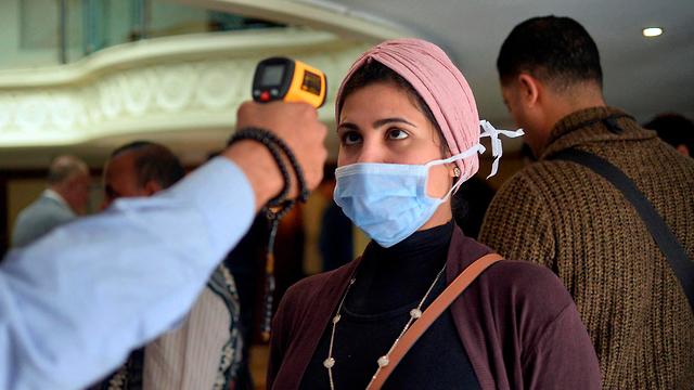 Проверка на симптомы коронавируса в Египте. Фото: AFP