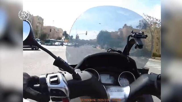 מרדף משטרתי אחרי רוכב אופניים חשמליים שנהג ללא קסדה וחצה באור אדום בירושלים (צילום: משטרת ישראל)