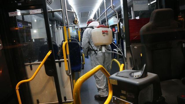 "Дезинфекция автобусов ""Дан"". Фото: Моти Кимхи"