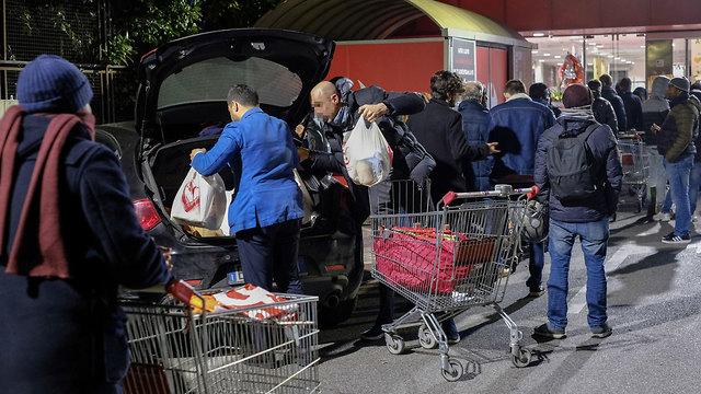 נגיף קורונה סגר על איטליה מרכול ב רומא (צילום: EPA)
