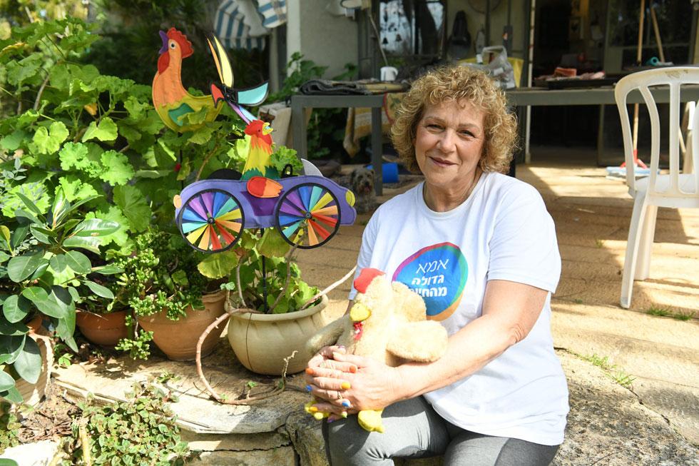 """גולי קשת בחצר ביתה שבעין ורד, בין התרנגולות. """"גל ביקש להיכנס עם תרנגולת לניתוח"""" (צילום: יאיר שגיא)"""
