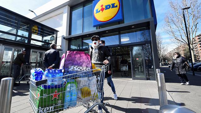 טורינו איטליה קורונה סופרמרקט מרכול קניות (צילום: רויטרס)