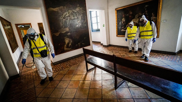 חיטוי בעקבות נגיף הקורונה במוזיאון בנאפולי איטליה (צילום: EPA)