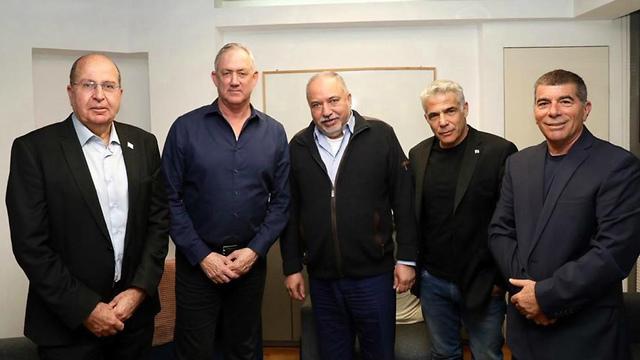 פגישה בין מפלגת כחול לבן לאביגדור ליברמן (צילום: אלעד מלכה)