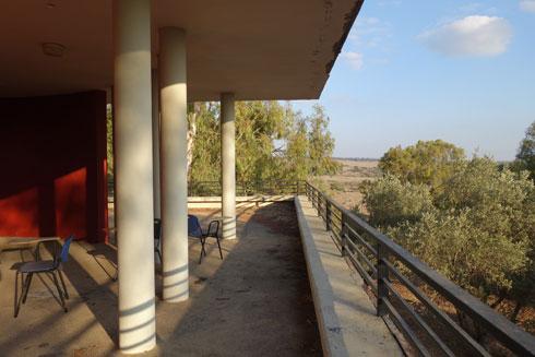 מרפסת התצפית מציעה נוף מרהיב. העצים מסתירים אותו (צילום: מיכאל יעקובסון)