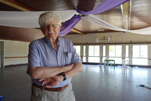 האדריכל ויטוריו קורינלדי בחדר האוכל הנטוש, שאותו תכנן (צילום: מיכאל יעקובסון)
