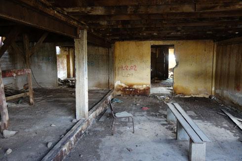 וזה מה שנשאר. חדרי השחקנים הוקמו מתחת לבמת העץ ששימשה להם תקרה, והיא שרדה את כל השנים, עד שלאחרונה נהרסה בהתקנת הגג החדש (צילום: מיכאל יעקובסון)
