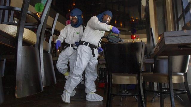 Дезинфекция в баре в Хайфе. Фото: Идо Эрез