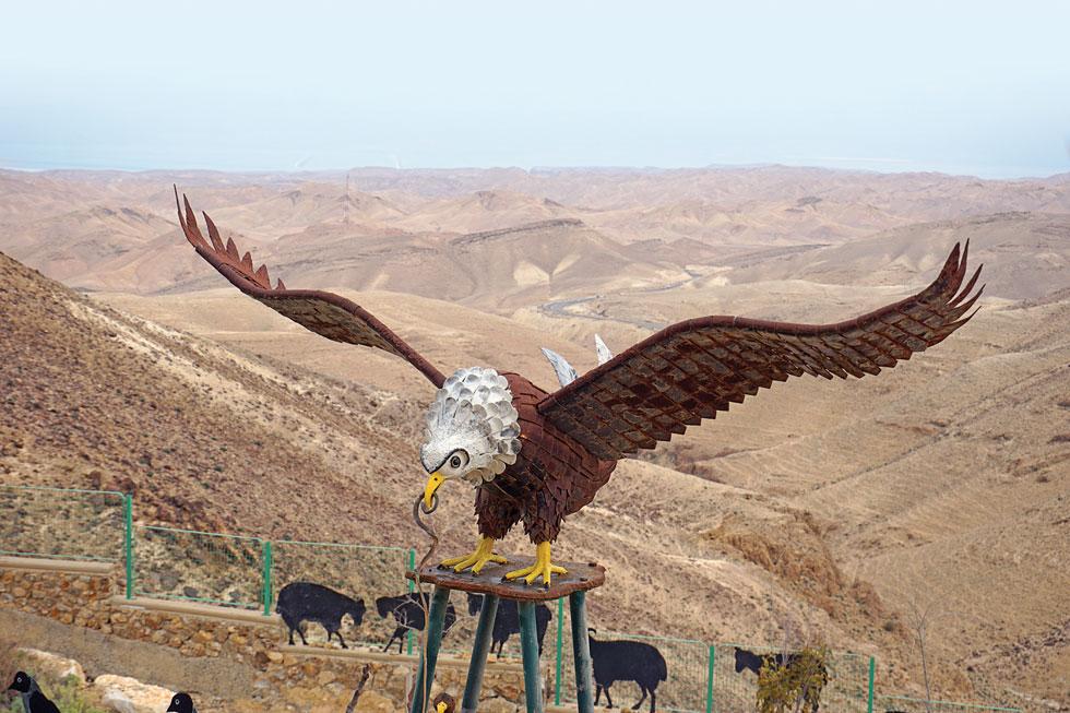 צופה אל נופי מדבר יהודה וים המלח. עוף הברזל של האמן איציק גמליאל  (צילום: צביקה בורג)