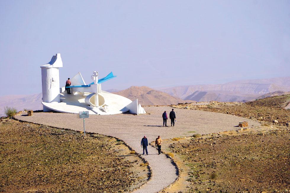 """""""מצפור ערד"""", הפסל הסביבתי של יגאל תומרקין בטיילת מואב  (צילום: צביקה בורג)"""