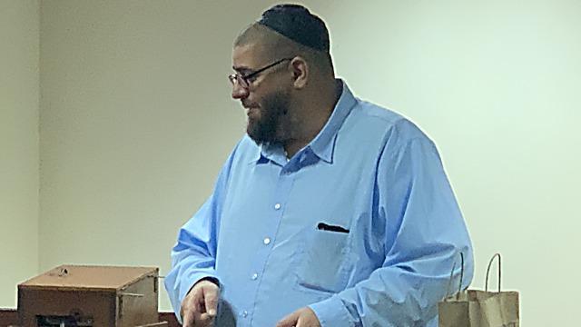 השוחט יעקב ברזניאק נוסע כ-70 קמ למשחטה כדי לספק בשר כשר לבית הכנסת שלו   (צילום: סטיבן סילבר)