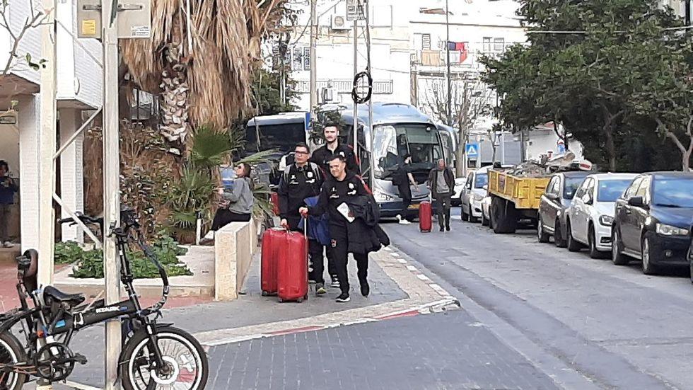 באסקוניה מגיעה למלון בתל אביב (צילום: ראובן שוורץ)