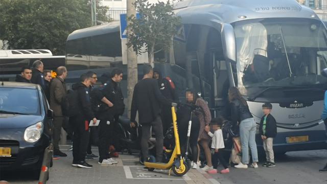 באסקוניה בכניסה לבית המלון בתל אביב (צילום: פרטי)