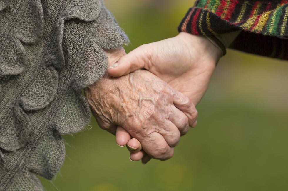 יד קשישה וצעירה נותנות ידיים  ()