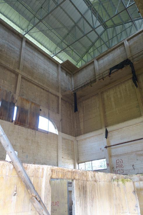 הגג המקורי הוחלף בגג זמני, שאין לו כל קשר למבנה (צילום: מיכאל יעקובסון)