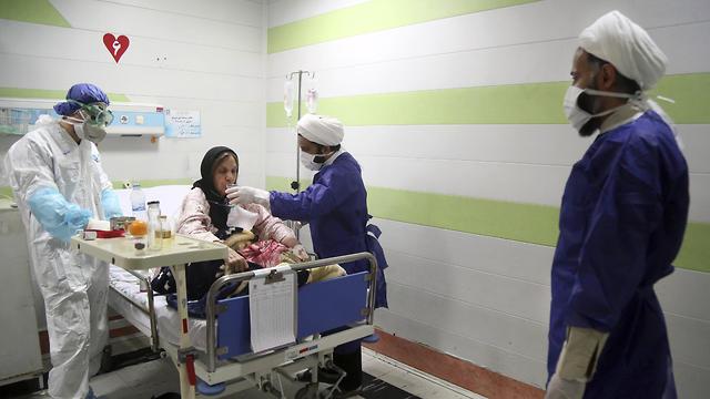 Лечение больной коронавирусом в Иране. Фото: AFP