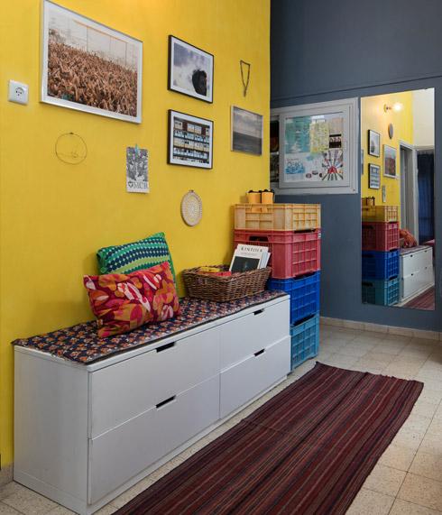 המבואה, שסביבה החדרים. משמאל חבויה דלת הכניסה (צילום: שירן כרמל)