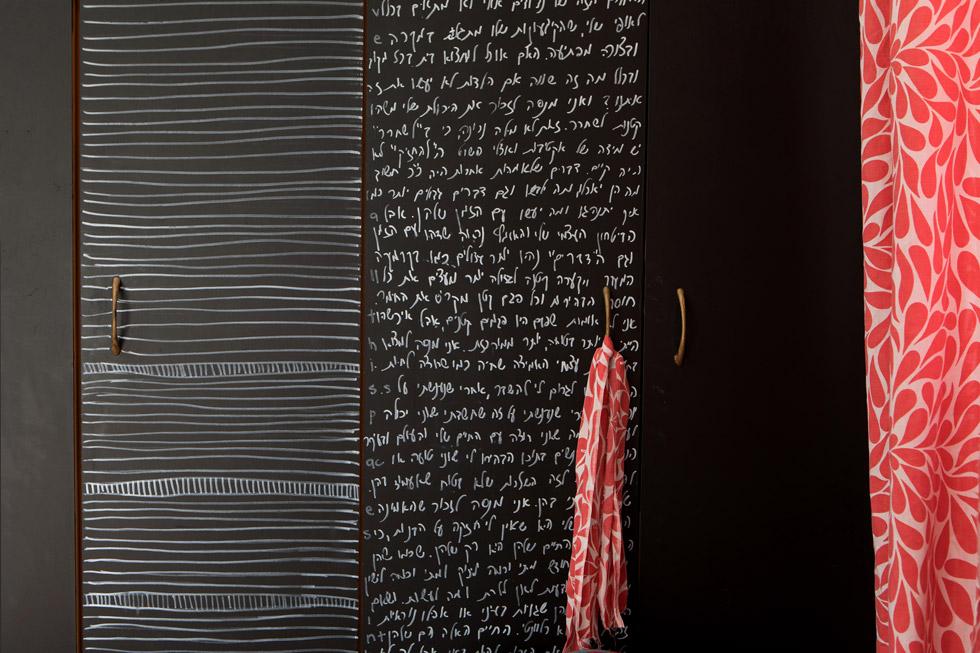 ''ארון הבגדים היה פורמייקה שצבעתי'', מספרת רותי. ''אני אוהבת את האסתטיקה של כתיבה. בוקר אחד קמתי וכתבתי עליו. אף אחד לא ישב וקרא את הכל, אני פשוט אוהבת את איך שזה נראה'' (צילום: שירן כרמל)