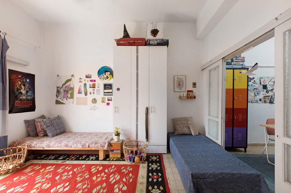 חדר הבנות מחובר לחצי חדר שבו פינת האוכל. ''כל מי שהוא לא מליונר חי בדירה קטנה מדי. מישהו יוותר על חדר, מישהו יוותר על סלון'' (צילום: שירן כרמל)