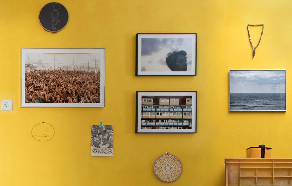 בחדר המבואה קיר צילומים שהבנות צילמו – על גג הבניין, בים, בלונדון ובפסטיבל אינדינגב (צילום: שירן כרמל)