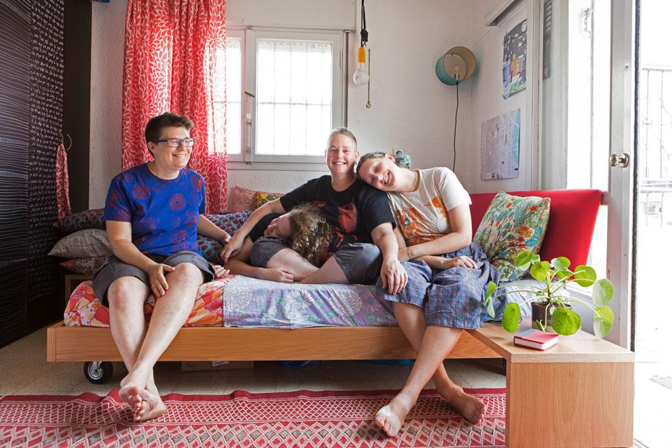 מימין: ליאור (18, אחרי תיכון), רותי שטרן (47), איילה (בת 15, בחינוך ביתי), ועדי מורנו (45). לא בצילום: הבכורה נעמה (20), מש''קית חינוך בצבא (צילום: שירן כרמל)