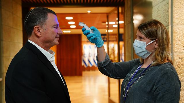 בדיקת חום בכנסת יולי אדלשטיין (צילום: דוברות הכנסת עדינה ולמן)