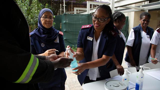נגיף קורונה אפריקה בדיקה בבית חולים ב יוהנסבורג דרום אפריקה (צילום: AP)