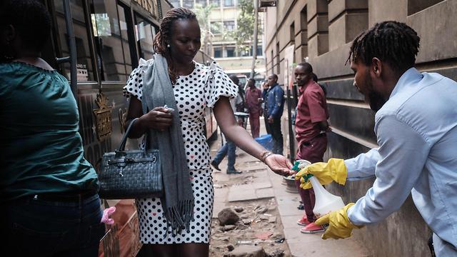 נגיף קורונה אפריקה חיטוי ל נוסעים אוטובוס קניה (צילום: AFP)