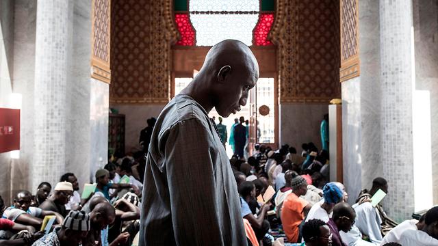 נגיף קורונה אפריקה תפילה נגד הנגיף ב מסגד דקאר סנגל (צילום: AFP)
