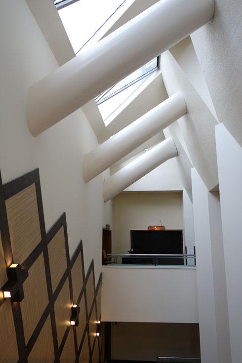 מדרגות רחבות מקשרות בין שלוש הקומות הציבוריות, והן מוארות באור טבעי. מעליהן תעלות גדולות המזרימות את האוויר מגופי המזגנים שבקומה הטכנית אל חדר האוכל (צילום: מיכאל יעקובסון)