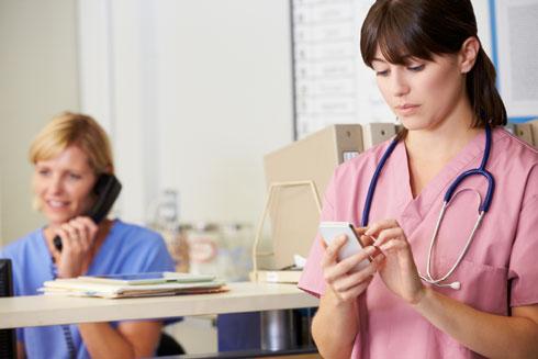 כל מחולל מחלות יידבק לידיים ומשם למכשיר  (צילום: Shutterstock)