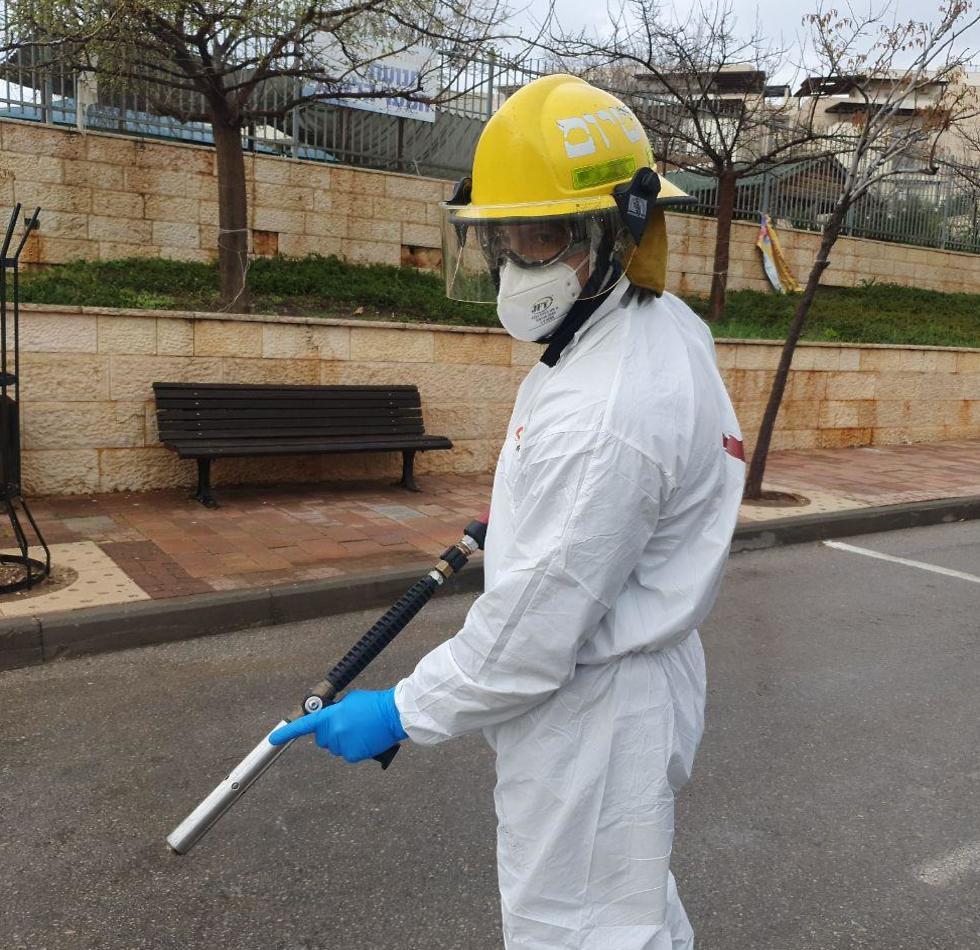 חיטוי נגד נגיף הקורונה ברחובות במודיעין (צילום: משה מזרחי)