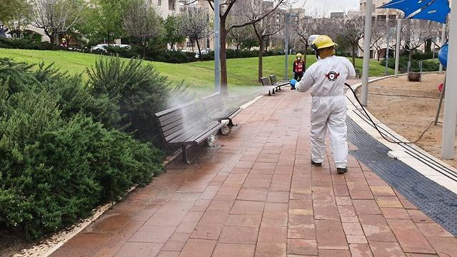 Дезинфекция детской площадки в Модиине. Фото: Cлужба пожарной охраны и спасения