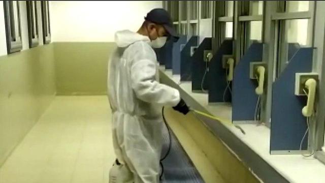 חיטוי נגד נגיף הקורונה בבית כלא ניצן (צילום: דוברות שב